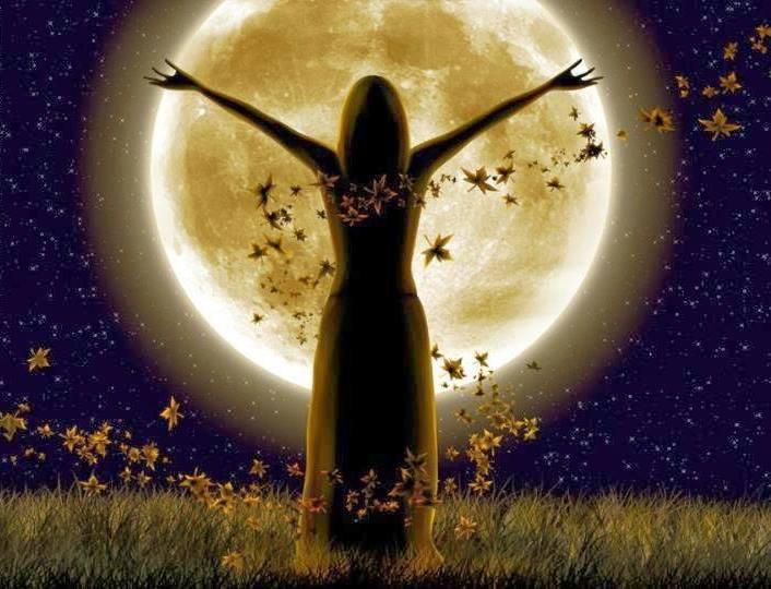 luna-llena-mujer-con-los-brazos-abiertos