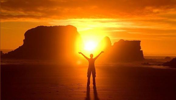 salida-del-sol-con-hombre-brazos-abiertos-580x332